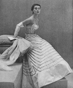 Anne Gunning in Lanvin-Castillo, photo by Henry Clarke, Vogue, September 1951 Vintage Dior, Vintage Gowns, Vintage Couture, Mode Vintage, Vintage Glamour, Vintage Beauty, Vintage Vogue, Vintage Outfits, Vintage Style