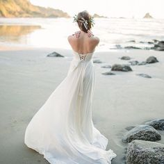 Photographers! What do you think about a morning after photo session on the beach? I love the idea because it means no sandy dress or moving locations during the wedding. I also think there is something so romantic about a wedding dress with casual hair and makeup. Better to do them all during the big day?! Inspired by this @burnettsboards shoot with 📷 by @donnyzavalaphotography 🌱 . . . . . . .#engagedlife #wedding #bride #bohobride #bohemianbride #winterwedding #weddingplanning #ceremony…