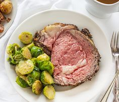 Prime Rib on a White Plate Prime Rib is a special cut of meat that is the highlight of many holiday meals! Rib Recipes, Dinner Recipes, Cooking Recipes, Healthy Recipes, Game Recipes, Cooking Tips, Group Recipes, Cooking Beef, Beef Meals