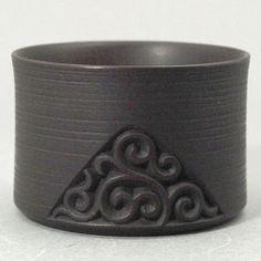 Hakko 作 UG007 ぐいのみ ぐり唐草径=6.0cm高さ=4.0cm鎌倉彫の特徴的な文様である「ぐり唐草」。ぐい呑みという小さな器ながら錫の色合も似合って品格を感じます。全商品を見る