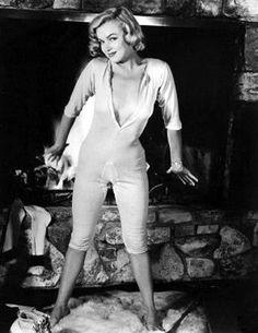 1953 John Florea photo shoot of Marilyn Monroe. 1953 Long Johns By Florea Image Joven Marilyn Monroe, Norma Jean Marilyn Monroe, Marilyn Monroe Photos, Joe Dimaggio, Hollywood Glamour, Old Hollywood, Most Beautiful Women, Beautiful People, Portrait Studio