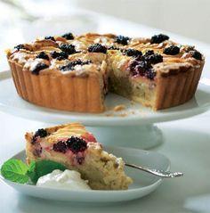 Apple-mazarin with blackberry Danish Dessert, Danish Food, Quiches, Cake Recipes, Dessert Recipes, Delicious Desserts, Yummy Food, Sweet Tarts, Piece Of Cakes