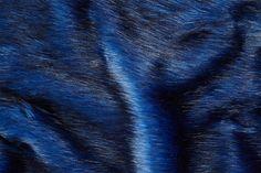 1390 – Pelzimitat langhaarig in der Farbe Kobaltblau mit schwarzem tipprint