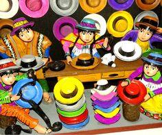 Retablos ayacuchanos en Lima escena tienda de sombreros artesanía Peruana de alto nivel y maestría alcanzados por artesanos en Perú. Los primeros 'retablos' eran puestos detrás de los altares de las iglesias católicas expresión que fue acogida en los andes, estas cajas contenían santos y otras efigies sagradas, las figuras se fabrican con una pasta de papa hervida mezclada con yeso. (no siendo tan dura o suave, pero fuerte).. https://www.facebook.com/kuzkaArtisans