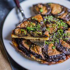 Découvrez la recette Tarte Tatin d'aubergines sur cuisineactuelle.fr.