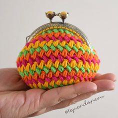Monedero tejido a crochet en punto frijol o bean stitch en forma circular o cerrado