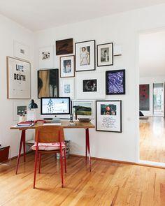 Das Arbeitszimmer von Claudia Hornemann. Der Schreibtisch und der Stuhl von Jean Prouvé waren ein Geschenk ihrer Freunde zur Hochzeit.  |  © Wolfgang Stahr