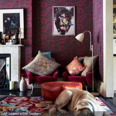 Ein warmes Einrichtungskonzept entsteht, wenn die Farbtöne Violett, Blau und Rot aufeinander treffen. Da die Tapete in Violett aus den Komponenten Rot und Blau …