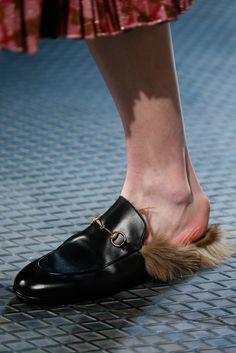 Купить товарЗима новейшие разработки черные кожаные меха тапочки теплая зима женские меховые выстроились Тапочки квартиры обуви мокасины в категории Обувь на плоской подошвена AliExpress.   добро пожалов�%
