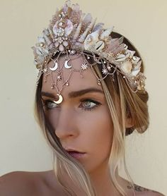 Pretty in pink 🌸 3 beautiful crystal quartz mermaid crowns going up today to my etsy store . Bridal Crown, Bridal Tiara, Diy Crystal Crown, Shell Crowns, Mermaid Crown, Headpiece Jewelry, Diy Crown, Magical Jewelry, Princess Aesthetic