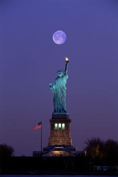 Once in a blue moon.Lady Liberty ~ New York City, New York Beautiful Moon, Beautiful World, Beautiful Places, Ligne D Horizon, Liberty New York, Liberty House, Beau Site, I Love Ny, Blue Moon