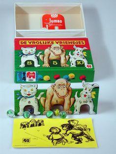 Nostalgisch knikkerspel, die ik nog steeds in mijn bezit heb. De kinderen vinden het leuk. Zo af en toe mogen ze in de klas met mijn oude speelgoed spelen en vertel ik er wat over!