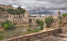 La ciudad está situada en la margen derecha del Tajo, en una colina de cien metros de altura sobre el río, el cual la ciñe por su base, formando un pronunciado meandro conocido como Torno del Tajo.