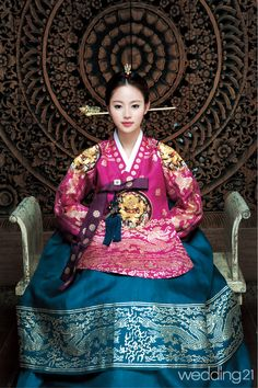 한복 > [한복]현대적인 감각으로 풀어낸 반가의의 한복 컬렉션 웨딩21 매거진 (Wedding21) - 결혼대백과 웨프    sigh, love the make up with the hanbok. hair looks really good w the traditional clothes...