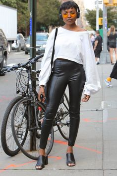 Your glimpse at all the best-dressed folks attending runway shows, after parties and everything in between at New York Fashion Week Spring Black Leather Jeans, Leather Pants, New York Fashion Week 2018, Street Style Looks, Fashion Pictures, Nice Dresses, Personal Style, Runway, Chic