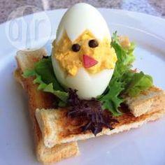 Gefüllte Eier-Küken - Ich mach die Eierküken jedes Jahr als essbare Tischdekoration für Ostern - sie sehen total niedlich aus und sind einfach zu machen. @ de.allrecipes.com