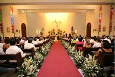 Así lucirá la Iglesia de Nuestra Sra. De Líbano con estas hermosas flores tanto en el altar como en el pasillo.