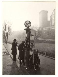 Stacja benzynowa –  przy ul. Bernardyńskiej, tuż pod Wawelem   Fot. Feliks Nowicki, 1936.