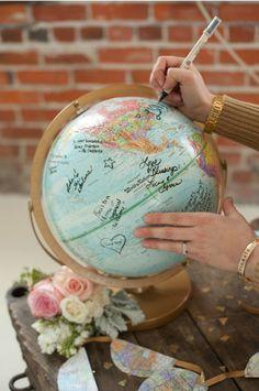 Great idea for an original and international guestbook! Inspiration board: A travel themed wedding! |Birdielist.com