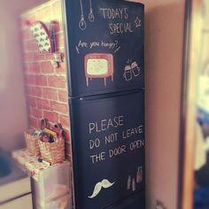 我が家の冷蔵庫はかなりの年季ものです。買い換えたいけど壊れないので愛着がわくように、に黒板塗料を塗ってお気に入りの冷蔵庫にしました