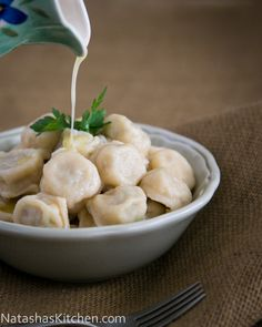 I hope you love these pelmeni пельмени with a juicy chicken filling. Pelmeni are a Russian classic, just like a meat-filled ravioli only 10 Ukrainian Recipes, Russian Recipes, Ukrainian Food, Croatian Recipes, Hungarian Recipes, Russian Chicken, Russian Dishes, Russian Foods, Gastronomia