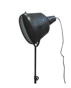 Deze stoere industriële vloerlamp gaas is gemaakt van industrieel ijzer. Uitgevoerd met doorleefd uiterlijk, enige vlekken, gebruikssporen en een weinig roest; de charme van een landelijke lifestyle. Industriële vloerlamp met een klassieke vleug!