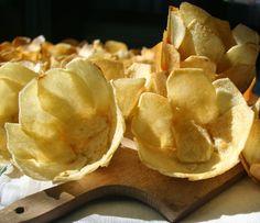 I cestini di patate usati come contenitore (in questo caso per insalata di stagione) sono comodissimi. Si possono preparare in a...