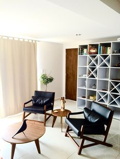 INTERIOR DESIGN IN NARVARTE.  Wood round table, vitra eames bird, black armchairs, wood, white bookcase.  Project Information: Interior Design in Narvarte ©Moisés Alcántara   Sector: Residential   Type: Interior Design   Location: Mexico City   Size: 110 m²   1,200 ft²   Status: Phase 1 Completed in 2016   Date: 2016