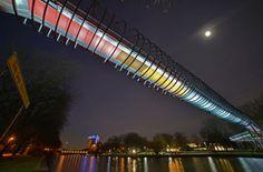 Das Foto zeigt die Brücke Slinky Springs To Fame in Oberhausen. Im Volksmund wird sie auch Rehberger Brücke genannt. Slinky Springs To Fame ist eine begehbare Brückenskulptur, die im Rahmen der EMSCHERKUNST entstanden ist.