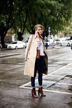 How to wear: beige trenchcoat, white dress shirt, navy jeans, burgundy leather ankle boots Business Outfit Damen, Business Attire, Business Casual, Look Jean, Outfits Damen, Outfit Trends, Milano Fashion Week, Milan Fashion, Mode Outfits
