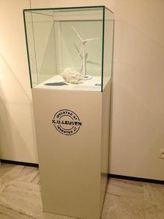Demnächst in unseres Standard Sortiment: Glas Haube. Verfügbar in verschiedene Standard Größen. Hier auf einem MDF Sockel Weiss, mit Aufkleber. Solits www.sockelwebsop.de