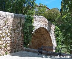 Pequeño puente románico sobre el Río Duero en Aranda de Duero