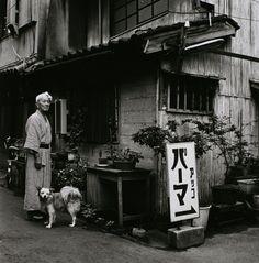 現実の裂け目から異空間を覗き見るような写真表現で、1970年代から国内のみならず、オーストリア、ニューヨークでも紹介され、国際的に高い評価を得ている須田一政の個展「凪の片(なぎのひら)」を開催します。  1940年、東京神田に生まれた須田は、洒脱な視点と卓越した技術で人間、生活、街などの裏側へと視線を誘うような写真群を1960年代から発表してきました。  本展覧会では、東京都写真美術館が新規重点収集作家として収集し続けてきた代表作<風姿花伝><物草拾遺><東京景>に、初期作品の<紅い花><恐山へ>を加え、さらに写真家生活50周年を迎える本年、発表する最新作<凪の片>と合わせて構成します。  「凪(なぎ)」という風が止まる時間特有の感触に似た、日常と非日常を往還するような作家の視線が、一片(ひとひら)の写真となって降り積もっているかのような展覧会です。 今は無き風景、人物像や、昭和から現在へと引き継がれる日本の風俗を特異な視点で切り取る須田一政の写真表現を、精緻な銀塩プリントでご堪能ください。 __________  *本展半券をチケットご購入の際にご提示いただくと、 アルマーニ…