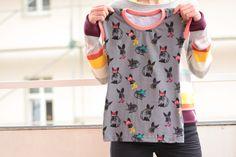 dívčí tričko Rabbit Střih trička je přiléhavý na tělo, tričko má krátké rukávy, délka trička je pod zadek, látka je potisklá motivem králíků, na spodním okraji je našité logo velikost:122 prsa 62 - pas 60 - boky 70 - délka trička 51 (středem ZD) Velikost trička vybírejte podle uvedených rozměrů, označení 110-122-134... je pouze orientační. složení: 95% ...