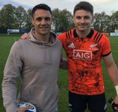 Dan Carter et Beauden Barrett All Blacks Rugby Team, Rugby Sport, Rugby League, Rugby Players, Daniel Carter, Crusaders Rugby, New Zealand South Africa, Rugby Nations, Sonny Bill Williams
