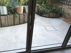 Outside areas are difficult to carry out in the UK as the weather is crucial for a good result. Lately we had great weather to lay this little courtyard.