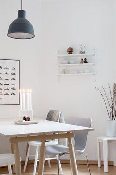Das weiße #Regal aus Metall von @String macht sich in dem hellen #Esszimmer wunderbar. Die schwarze #Pendelleuchte ist der perfekte Kontrast über dem weißen, skandinavischen #Esstisch mit Holzgestell. Aber auch in der #Küche macht es sich besonders gut als #Gewürzregal!
