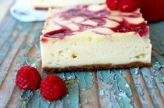 Cheesecake marmorat cu sos de zmeura