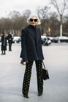 Best Fashion Week Street Style Fall 2018 - Fashionista women beauty and make up Mature Fashion, Older Women Fashion, Over 50 Womens Fashion, 50 Fashion, Fashion Design, Fashion Trends, Style Fashion, Paris Fashion Weeks, Fashion For Over 50