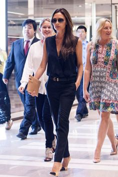Victoria Beckham's Day Fashion Solution Victoria Beckham's effortlessly but insanely chic in an all-black Victoria Beckham outfit and cap-toe pumps and clutch - Another! Victoria Beckham Outfits, Victoria Beckham Stil, Victoria Beckham Fashion, Victoria Fashion, Fashion Mode, Work Fashion, Fashion Trends, London Fashion, Vic Beckham