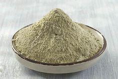 Argilla verde, come utilizzarla per i rimedi naturali. L'argilla verde è un rimedio naturale dalle numerose applicazioni benefiche. Fin dall'antichità veniva utilizzata per la preparazione di impacchi adatti per la cura della pelle, per alleviare le irritazioni e i dolori articolari, ma anche in caso di distorsioni o di problemi muscolari. I suoi utilizzi del passato sono ancora molto attuali. L'argilla verde è un rimedio multiuso adatto per la cura della salute e della bellezza. Scopriamo…