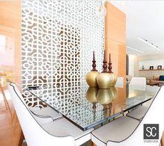Nosso Mosarte Decô Semplice Off Thassos foi usado pela arquiteta @mylenabonfim, em parceria com a revenda @studiocasa, para dividir ambientes, ressaltando a beleza e o estilo clássico desta sala de jantar.