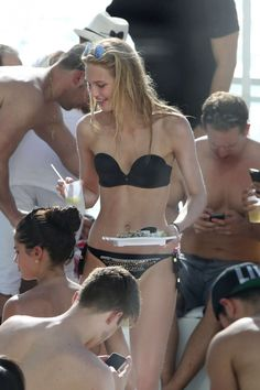 Nederlands model Romee Strijd viert een feestje in bikini. Meer foto's hierrrr: http://prutsfm.nl/prutsfm/index.php/showbizz/nederlands-model-romee-strijd-in-bikini
