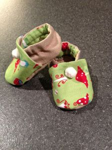 Baby Slippers. The insole is made with super soft fabric (even though the baby doesn't walk yet). Made with green fabric with red mushrooms.   Photo by Maud R, www.fabricspaperpixels.wordpress.com Baby Slippers, Green Fabric, Soft Fabrics, Mushrooms, Baby Shoes, Wordpress, Group, Board, Shoes