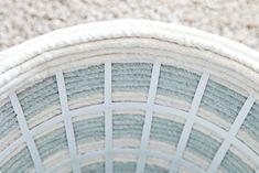 Materiais Necessários: Cesto de roupas. Esses de plástico que encontramos em lojas de 1,99, de preferência branco; Corda (a metragem vai depender do tamanho do seu cesto); Cola Quente Se você não e…