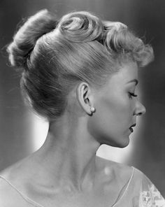 Gloria Grahame, early 1940's. Such a beautiful and sleak yet flirty updo! Could be 1950's too, don't you agree?