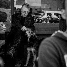 Hund war brav nun gibt's die Belohnung. Aufgenommen in einem Cafe in #Audresselles.  #street #streetlife #streetphotography #dog #hund #streetmoments #leckerli #blackandwhite #bw #schwarzweiss #life #photography #vacation #zrlaub #france #cafe #people #menschen #hunde #hundebesitzer