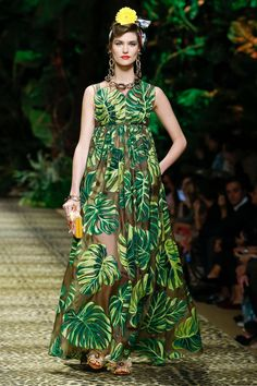 Dolce & Gabbana takes a trip to the jungle for its spring-summer 2020 collection. Presented during Milan Fashion Week, the designers open the show with safari… Catwalk Fashion, Fashion Week, Fashion 2020, Fashion Models, Fashion Show, Fashion Design, Milan Fashion, Dolce Gabbana, Couture