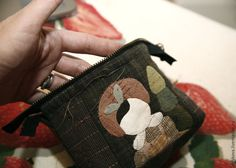 Easy step to step pretty DIY Wallet Tutorial! You can do it for yourself easy. Cotton Textile, Textile Fabrics, Diy Wallet Tutorial, Joko, Coin Bag, Quilted Bag, Free Sewing, Purse Wallet, Sewing Tutorials