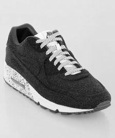 Frisch eingetroffen: der Nike Air Max 90 VT midnight. Der klassische Laufschuh mit interessantem Textil-Upper und tollen Akzenten in den Laces und der Mittelsohle. Get it here: http://www.numelo.com/nike-air-max-90-vt-p-24391535.html